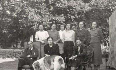 Foto de familia en los jardines de la Finca